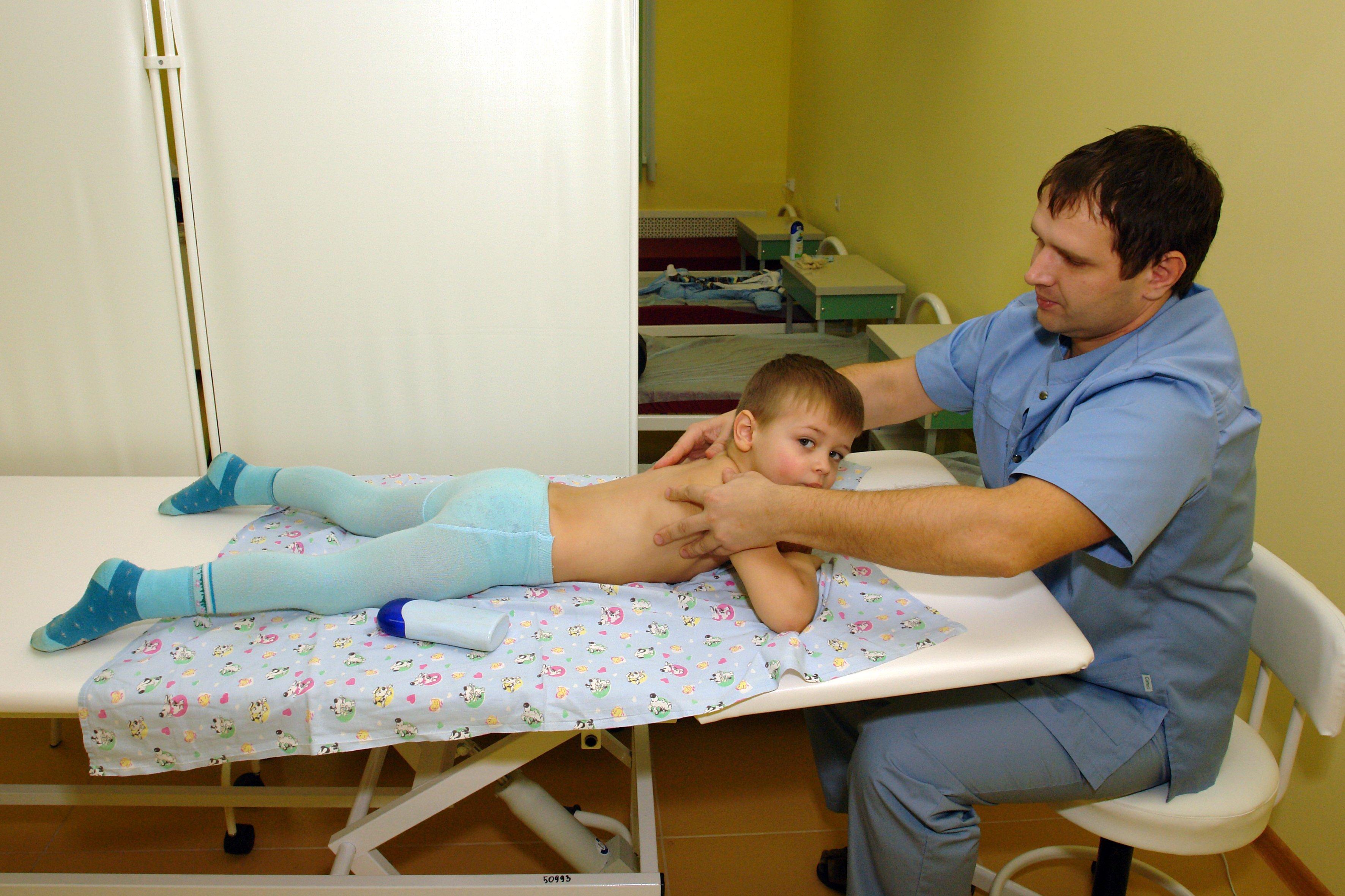 На приёме у массажиста в детской поликлинике на ул.Ломоносова